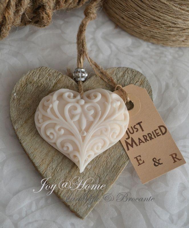 Heb jij nog geen idee wat voor een bedankje jij wilt meegeven aan de gasten op jullie bruiloft? Misschien dit artikel je:   http://zelftrouwkaartenmaken.kaartopmaat.nl/leuke-huwelijksbedankjes/