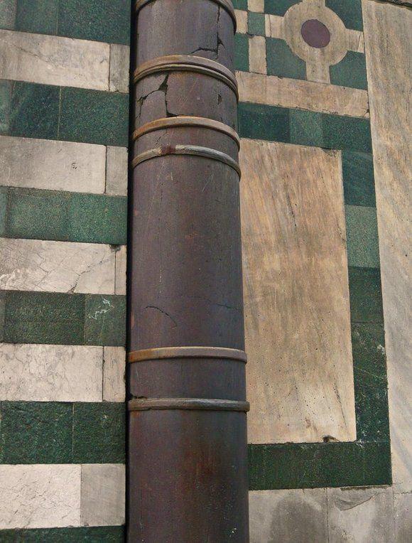 Il Battistero e le colonne… Traditrici! L'origine della leggenda di un regalo sabotato fatto Firenze da Pisa dopo la vittoria nelle Baleari. Le colonne in porfido rosso del Battistero sono l'oggetto del regalo.  http://www.operaduomo.firenze.it/blog/posts/il-battistero-e-le-colonne-traditrici