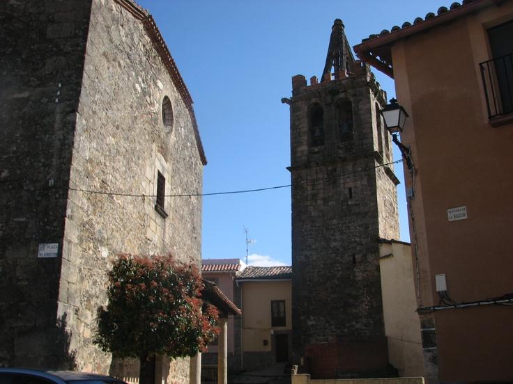 Iglesia del Salvador de los siglos XV y XVI, con su torre separada, del siglo XIII