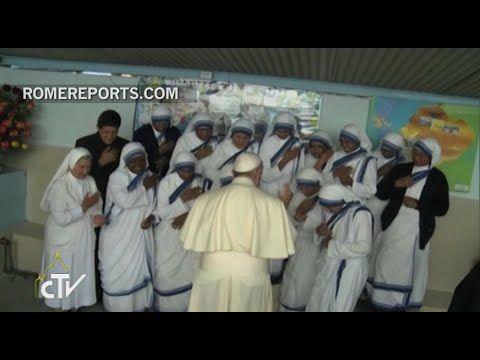 Francisco bromea con las Misioneras de la Caridad en su visita al centro de Tumbaco