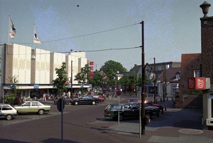 Asten, Markt, gezien in de richting van de Emmastraat. Links de Hema Jos Pé (fotograaf) 1990