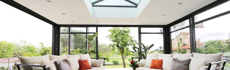 extanxia, véranda concept alu, vue intérieur avec puits de lumière et canapé vue large