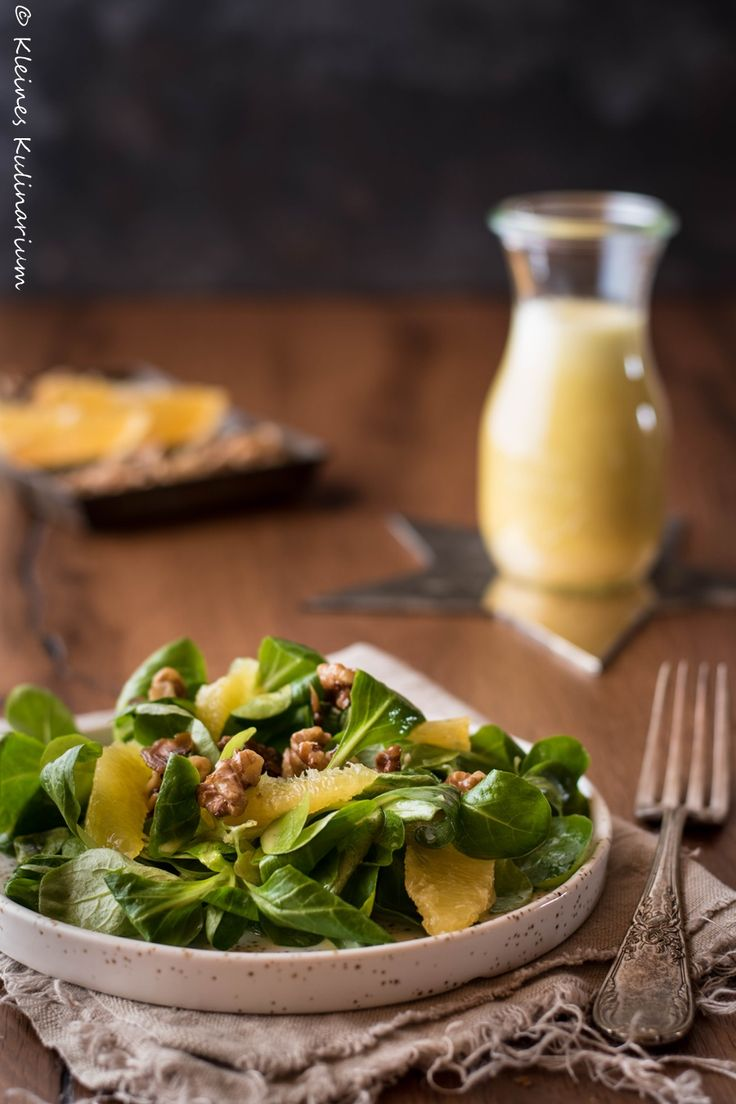 Knackiger Feldsalat gepaart mit einer frischen Orangenvinaigrette und karamellisierten Walnüssen - die perfekte Balance aus süß und sauer