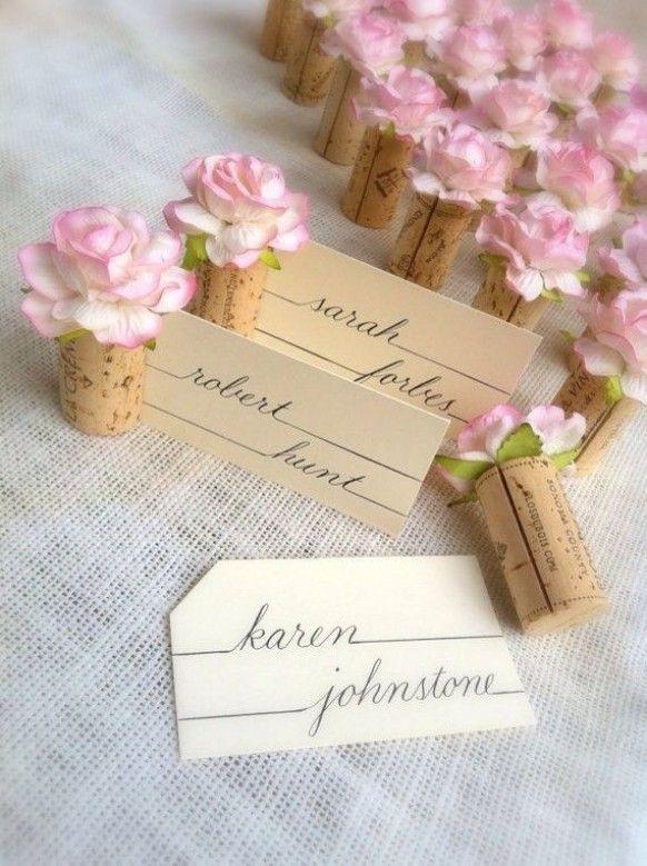 Tischkarten, Platzkarten, Namenskarten mit Korken selbstgemacht für Hochzeit, Dekoration mit rosa Blüten und Schriftzug
