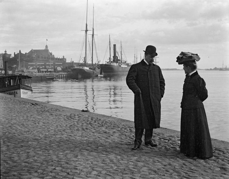 Bruno and Ingrid Aminoff at the Market Square, Helsinki, 1906