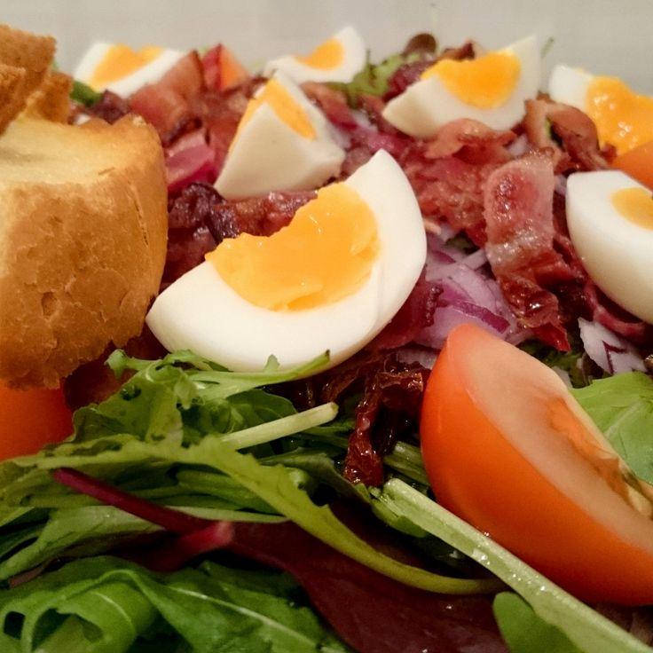 Салат из авокадо, яиц, бекона и печеных помидоров