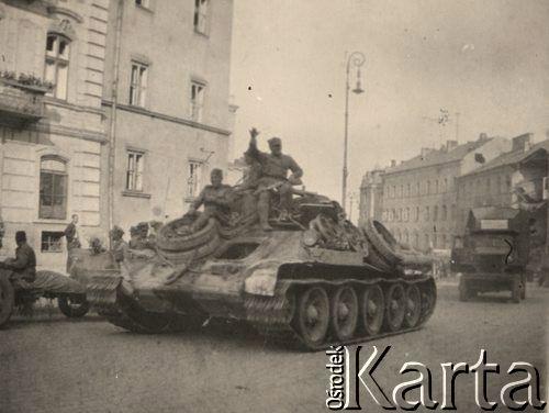 Lublin ul. Królewska. Czołg zmierza w kierunku Ratusza. Za narożnikiem budynku z lewej strony - Plac Katedralny