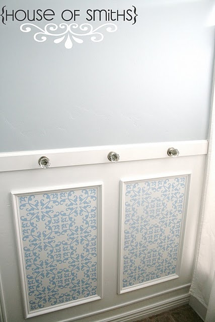 Adorable bathroom wall decor with chic towel knobs.