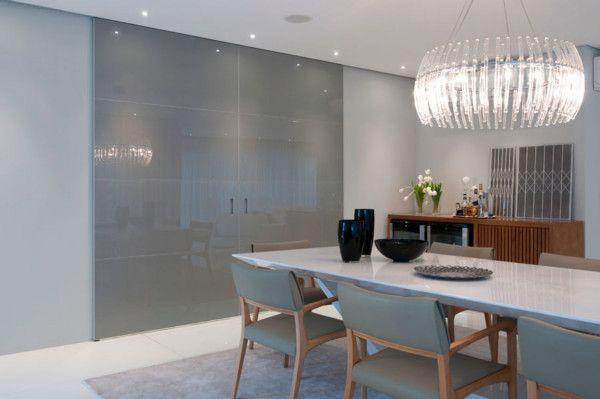 1- Olha que luxo essa porta painel de correr alto brilho!     Eu sou adepta dos ambientes totalmente integrados e separados por móveis...
