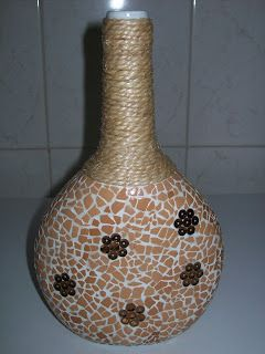 Garrafa de vinho Gatões decorada com casca de ovo