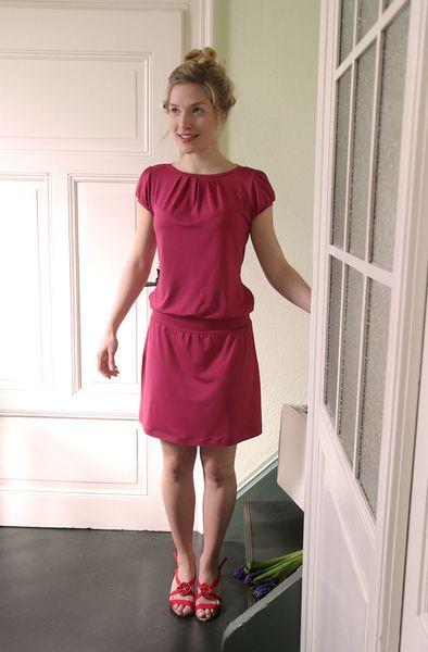 In Sommerlaune .. bezauberndes Kleid aus weich fallendem Jersey in einem frischen Himbeerton. Leger fallend mit kleinen Fältchen am Ausschnitt und ...