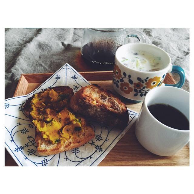 カリッと焼いたトーストにほんのり甘いかぼちゃを塗って。  少し寒い朝にはあったかいミルクスープ。塩きのこと塩キャベツ入り。 - 31件のもぐもぐ - 朝ごはん ミルクスープ by mizlapule