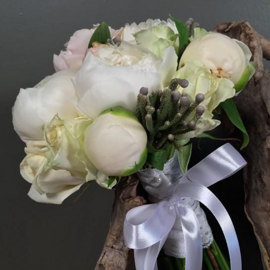 Νυφικό μπουκέτο (Ανθοδέσμη) γάμου από λευκές παιώνιες, ροζ παιώνιες, λευκά τριαντάφυλλα και silver brunia. Το δέσιμο είναι από δαντέλα και λευκή σατέν κορδέλα. Η πρόταση είναι ενδεικτική του NEDAshop.gr και μπορεί να τροποποιηθεί όπως εσείς θέλετε. http://nedashop.gr/gamos/nifikh-anthodesmh/nyfiko-mpoyketo-gamoy-leykes-peonies-silver-brunia