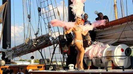 Le burlesque prend de l'ampleur à Montréal  http://fr.canoe.ca/artdevivre/ellelui/nouvelles/archives/2012/09/20120907-123706.html
