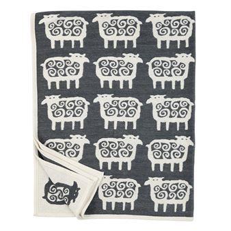 Det myke og koselige bomullsteppet Black sheep fra Klippans Yllefabrik er designet av Bengt Lindberg. Teppet har en herlig design med sitt sjarmerende sauemønster. Bruk teppet på regnfulle og kalde dager for å holde varmen og la det også bli en fin innredningsdetalj i sofaen eller på sengen.