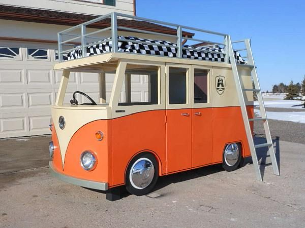 Gemaakt van steigerhout en MDF platen, een hoogslaper kinderbed als VW bus.