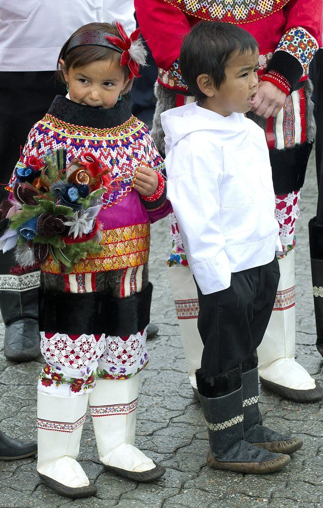 Aasiaat. To grønlandske børn venter på at overrække en buket blomster til H.M. Dronningen