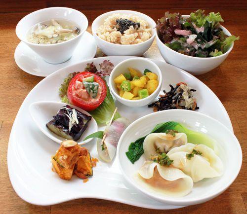 「3種のベジ水餃子」 vegan  食欲が無い時でも、水餃子ならつるりと美味しく頂けます(^^)  お野菜たっぷりの餃子で、暑い夏を乗り越えましょう!   赤:人参ともちあわ・オートミールの食感に新レンコンを贅沢に使っています!   茶:高野豆腐・・・・切り干し、椎茸、キャベツなどを刻んで味噌の味付!緑:枝豆とコ-ン・・旬の枝豆、コーンの素材が生きています!さっぱり香味ダレと共にお召し上がり下さい。