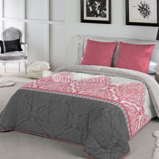Edredón SIAM de la firma Fundeco. Dale un nuevo aire al dormitorio con este elegante diseño de la firma Fundeco, donde se combinan diferentes cenefas en gris o en rojo. Es perfecta para todo tipo de decoraciones.