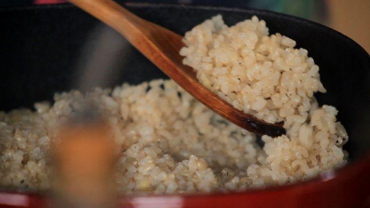 Crédito: GNT  IngredientesPara o gersal picante:     * 15 partes de gergelim, sementes de girassol, sementes de abóbora e 1       parte de sal marinho     * ⅛ de colher de chá de pimenta caiena Para o arroz integral cateto:     * 2 xícaras de arroz integral cateto de molho por 8 horas     * 4 xícaras de água     * 1 colher de chá de gengibre picado     * 2 colheres de sopa de azeite     * 1 colher de chá de sal marinho Modo de preparoPara o gersal picante:    1. Esquente uma frigideira no…