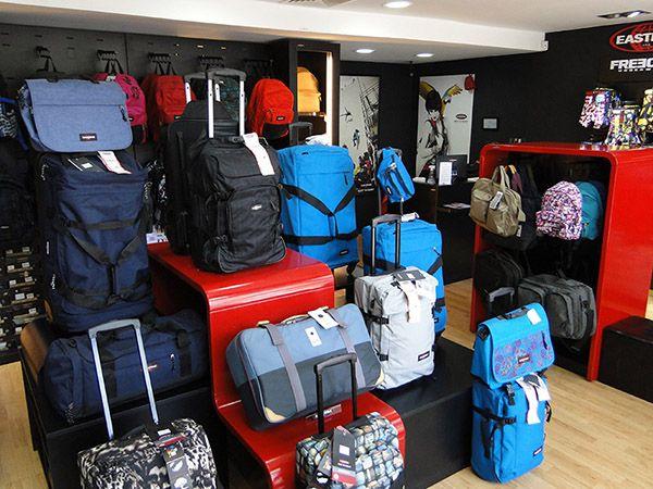 Si te vas de viaje es imprescindible que vengas a conocer los bolsos, mochilas urbanas, maletines, carteras, bolsos de compras, bananos y todos los accesorios que harán de tu viaje algo realmente fantástico. ¡Te esperamos en Mall VIVO Panorámico!