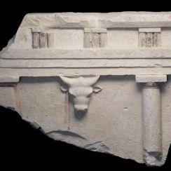 PANTHENON / MINOISCHE CULTUUR // Een van de symbolen van de grote godin Architectural relief with BUCRANIUM ( Minoische cultuur )