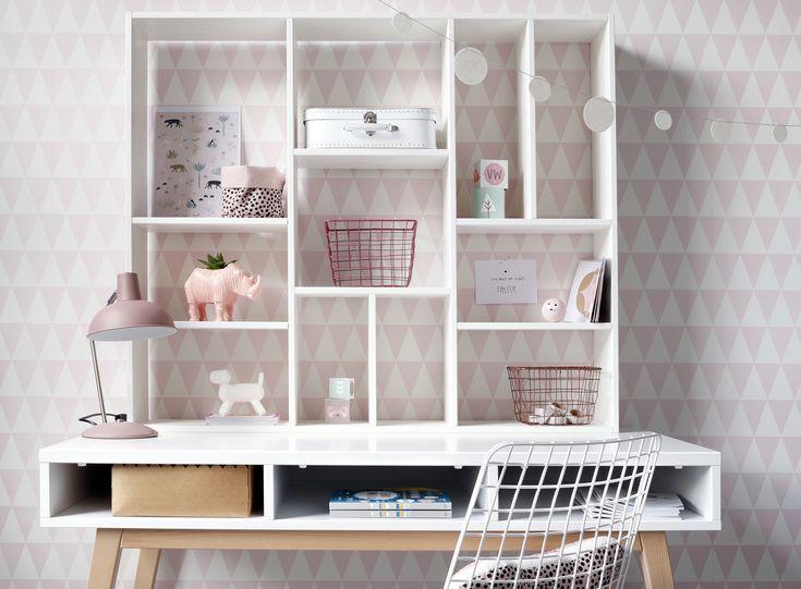 Tapetkollektionen Little Bandits är en modern kollektion för barnrummet! Lekfulla mönster som robotar, katter och flamingos blandas med geometriska former. Färgpaletten går från mjuka pasteller som mintgrön, ljusblå och rosa till mer gråa nyanser. Svart och guld ger kollektionen en tuff look. Kollektionen hittar du hos Colorama Helsingborg/Berga & Colorama Ängelholm. Text hämtad från @midbec #littlebandits #midbec#coloramahelsingborg#coloramaangelholm#tapet#renovera#barnrum #babyrum