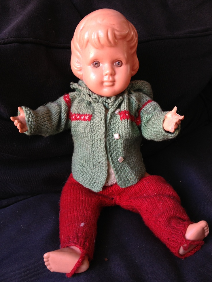 Een van mijn poppen met kleertjes door mijn moeder gemaakt. 35 cm. Jaren 60