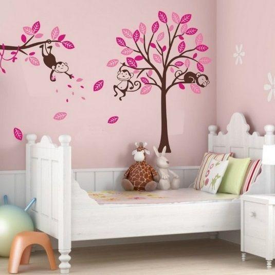 Muursticker roze boom met drie aapjes waarvan een slapende aap en twee wakkere apen.