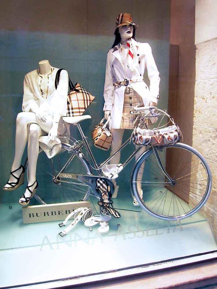 Nuestras #bicicletasclasicas son tan bonitas que estan en los mejores escaparates...  https://bicicletaclasica.com.es/tienda-bici-clasica-online/categoria-producto/cigno-bicicleta-clasica-artesanal/  #pedaleaconestilo #mejorenbici #avantumbikes #labiciurbana
