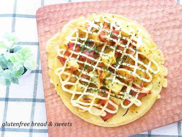 簡単!!ガッツリ♪じゃがいもの米粉ピザ  発酵不要のカリカリ米粉ピザです。 じゃがいもとお米(米粉)でガッツリ満腹?なピザです。    材料 (2枚分) 米粉 100g コーンミール 40g 片栗粉 20g 塩 1g 水 230g オリーブオイル(サラダ油) 適量 ■ トッピング じゃがいも 大1個(200g) 玉ねぎ 1/2個 ベーコン 50g オリーブオイル(サラダ油) 大さじ1/2 塩、こしょう 少々 カレー粉 小さじ1/2 マヨネーズ(卵不使用) 適量  作り方 1  米粉、コーンミール、片栗粉、塩、水をよく混ぜる。 2  フライパンにオリーブオイルをいれて焼く。焦げ目が少しつくくらい焼きます。 3 じゃがいもは1cm角くらいに切る。600wのレンジで2分半加熱する。 4 玉ねぎは薄くスライスする。ベーコンは1口くらいに切る。 5  フライパンにオリーブオイルをいれて、3,4を炒める。塩・こしょう、カレー粉をいれる。 6  オーブンシートに生地をのせる。具をのせる。マヨネーズをかける。220度のオーブンで10分焼く。
