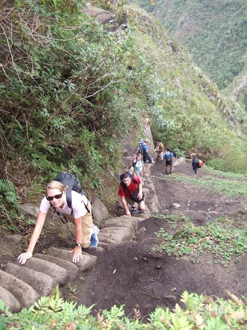 WAYNA PICCHU  Es utilizada para escalar la montaña homónima de 2.667 metros de altura lo cual requiere entre 60 y 90 minutos dependiendo de nuestro estado físico. El camino es tan peligroso, que si nos cayéramos la dificultad sería en encontrar el cuerpo, Desde 2012 hay que anotarse por la web y solo suben 400 personas por día en 2 tandas. Situada en Machu Picchu, Perú, América del Sur.