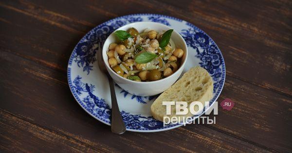 Салат с нутом, оливками и пармезаном