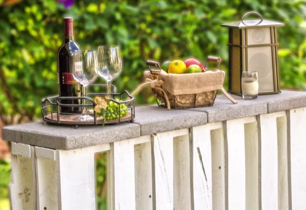 Learning how to make an outdoor pallet bar is an easy diy furniture project & one of the best backyard ideas. Make this DIY bar with this easy DIY tutorial.