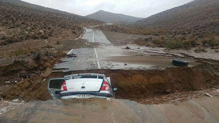 Lluvias en el norte: Vehículo cae a socavón camino al Observatorio Collowara en Andacollo.Chile. . 12/05/17