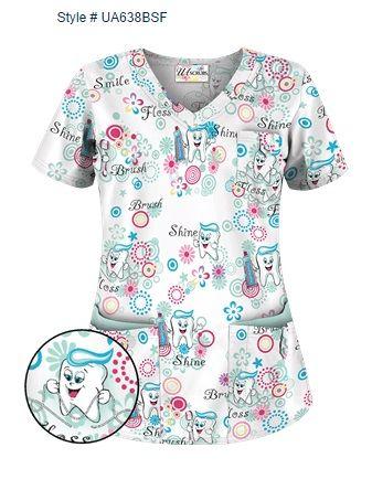 """Blusa Médica UA Big Smiles Fresh Mint con Cuello en V La blusa médica UA de modelo clásico presenta cuello en V redondeado, pinzas en la espalda, y aberturas a los lados para un ajuste favorecedor. Guarde sus pertenencias con los 5 bolsillos con broches de presión: un bolsillo en el pecho y dos dobles bolsillos inferiores. Tela estampada """"Big Smiles Fresh Mint"""" es 55/45 algodón/poliéster. El largo aproximado para talla M es 28"""". spacer Style # UA638BSF"""
