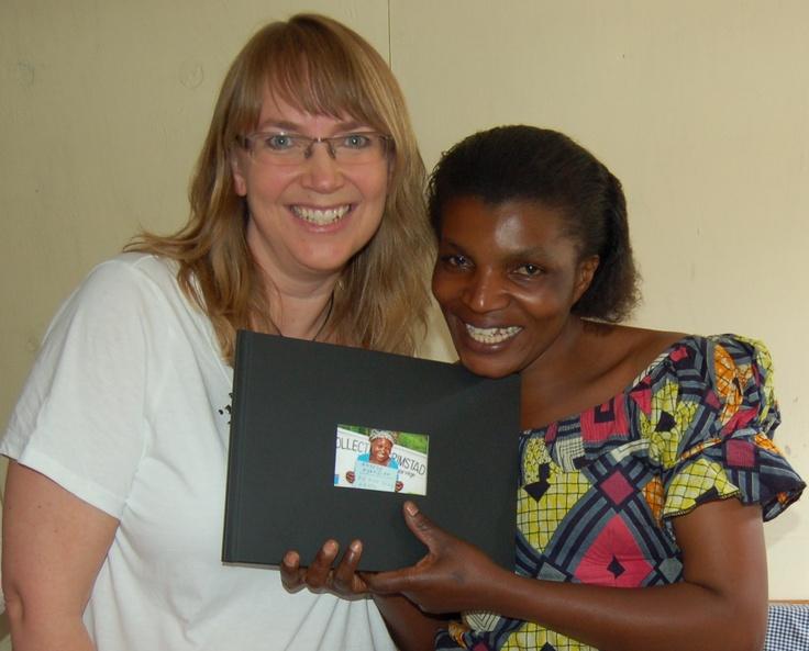 Mama Jeanette mottar en gave fra Jenter i alle aldre i Grimstad som trofast støtter arbeidet hennes!