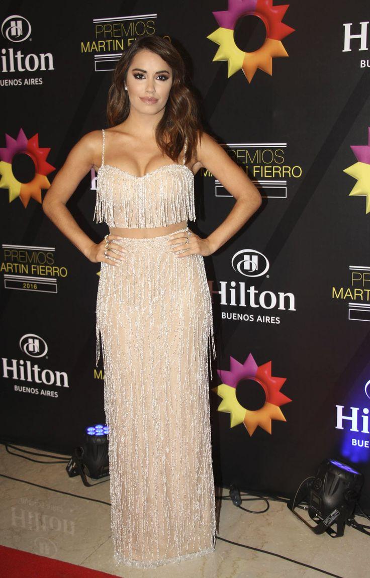 Lali Esposito eligió un vestido de la diseñadora israelí Julie Vino, en tono perlado, con mucho brillo y súper ajustado.