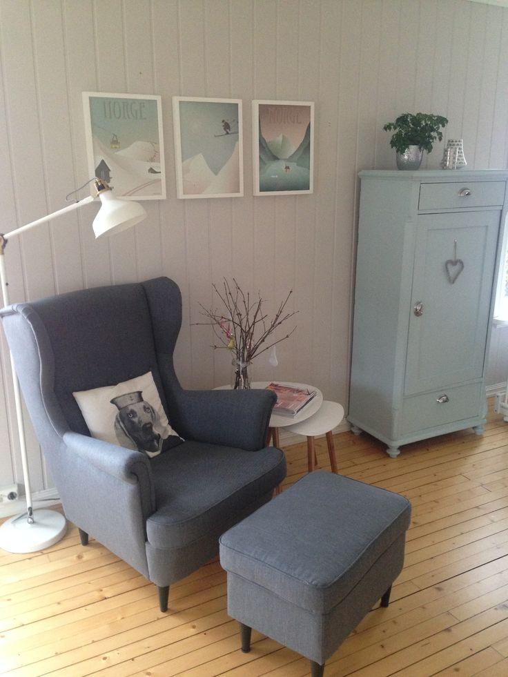 """Lesekroken i stua med stol og stålampe fra IKEA, bilder fra Vissevasse, pute fra HM Home, bord fra Jysk og skap fra mine tippoldeforeldre (malt i fargen """"Sjøgløtt fra Jotun)"""