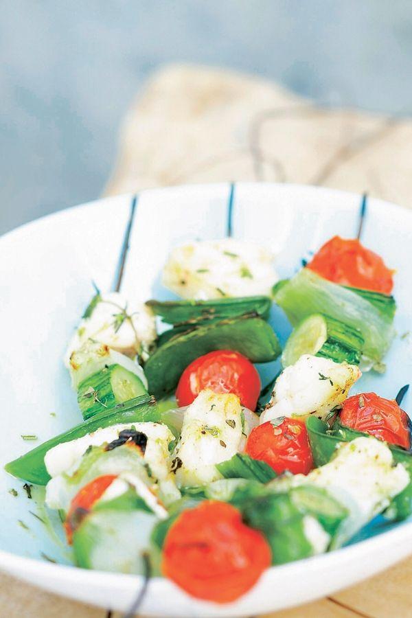BEREIDINGKook ui, courgette, peultjes en tomaten 5 min in gezouten water. Rijg om en om ui, wat peultjes, courgette, tomaat en vis aan de...