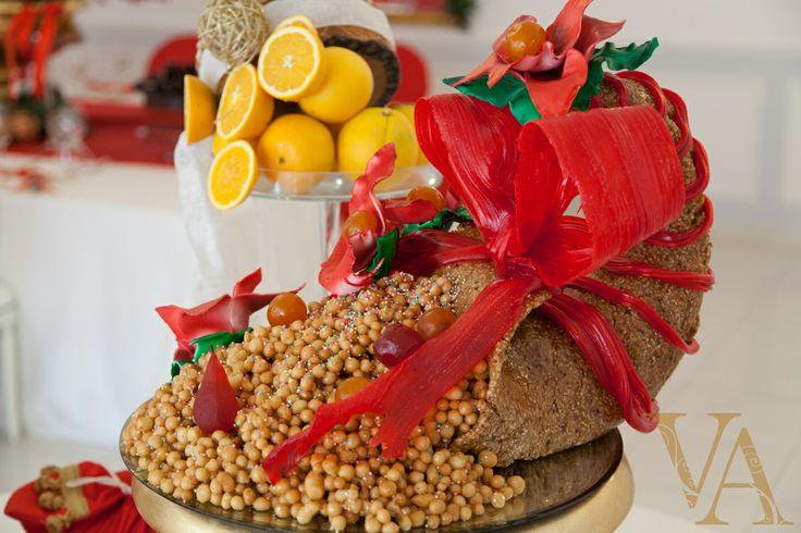 Un dolce beneaugurante per un nuovo anno pieno di doni e novità positive? La cornucopia di croccante alle mandorle ripiena di struffoli è semplicemente perfetta!