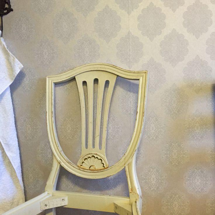 Projekt 2 Gustavianska stolar ☺️ Skall speaya ena i guld och renovera upp den andra i samma stil som den är.