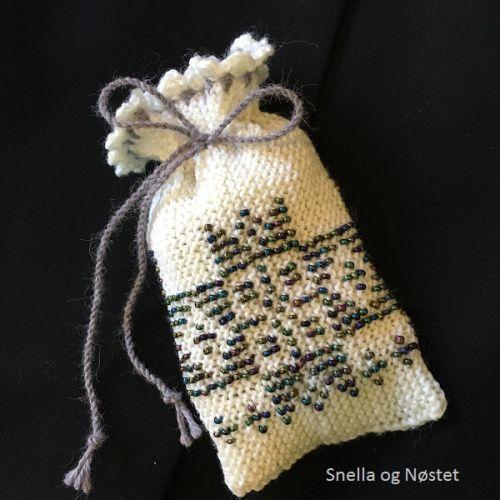 strikka-smykkepose-med-perler-til-bunadssolv