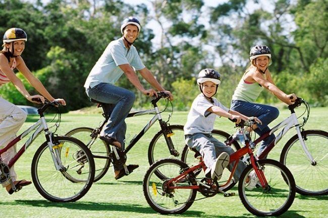 Un paseo en bici, es el deporte ideal para hacer  en familia durante el fin de semana.  Aprovechar un rato de sol y pasar un rato agradable y divertido en familia mientras montamos en bici es una actividad ideal para este finde.  Complementos de bici, podrás encontrar fácilmente en alguna web... http://www.qualimail.es/bolsa-portaequipajes-bici.html