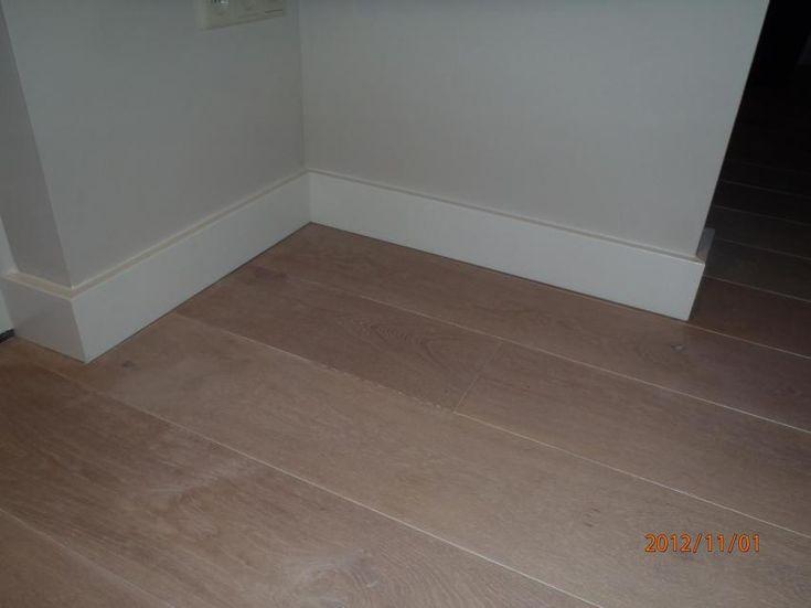 aftimmerwerk vloerplint hoog strak model op houten vloer circa 110 mm