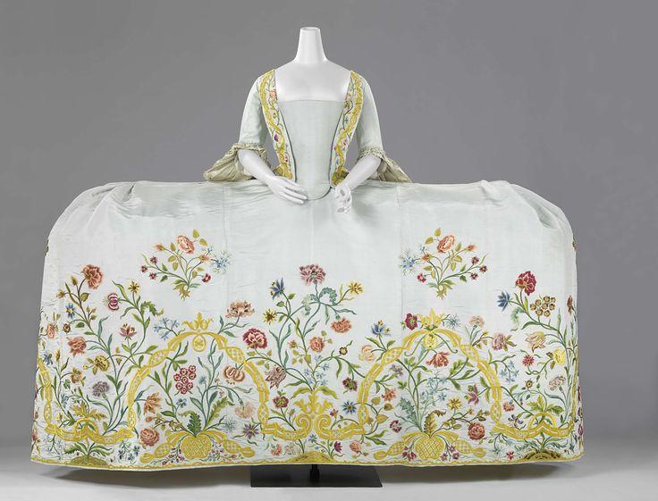 Trouwjapon van lichtblauwe ripszijde geborduurd met een floraal motief in veelkleurige zijde, bestaande uit een lijf met 'staart', rok en sleep, anoniem, ca. 1750 - ca. 1760