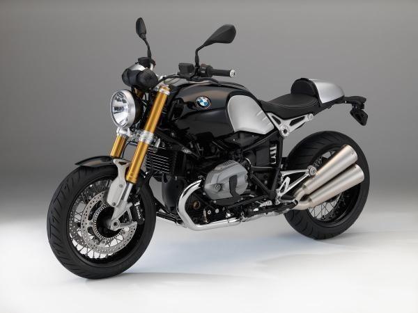 Hay cosas que a todos los hombres nos ponen de acuerdo, una de ellas son las motos. Seas o no motero, todos los hombres sabemos apreciar una buena moto y en BMW-Motorrad parece que también. La marca bavaresa ha decidido presentar una edición especial de su motor bóxer, siendo la última moto que se fabricará con este motor refrigerada por aire, y que mezcla aspecto clásico en una moto moderna. El resultado es esta impresionante BMW R nineT