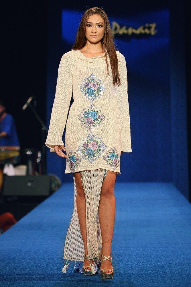 Rochie tricot cu broderie - Colectia Albastru de Voronet. Compozitie : 80% lana, 20% poliester. Comenzi telefonice la numarul :  0727 781 988