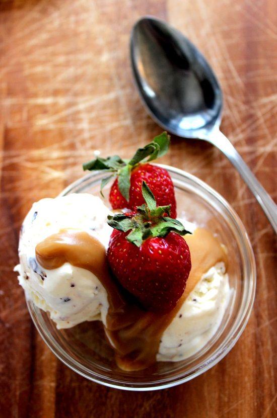 Wicked sweet kitchen: Maailman helpoin kotitekoinen jäätelö + kinuskikastike