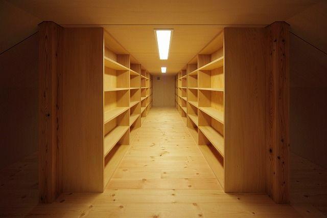 小屋裏収納は、一番高いところで1.4mまでしか天井高が取れません。でも、しょっちゅう出入りする必要がない用途であれば、けっこう使えます。こちらは書庫として...